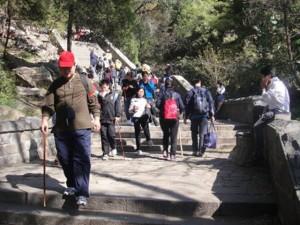 """Tapınağın hemen kuzeyindeki Tırmanma yolu  var. Bu yol ziyaretçileri, dağın girişi olan Cennetin ilk kapısı"""" bölgesine götürmekte. Tırmanmada  baston çok işe yarıyor."""