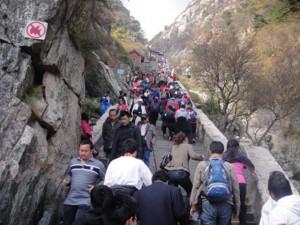 Zirveye tırmanmak isteyenler 7421 adımlık granit merdivenleri çıkmaları gerekiyor. Bu yolculuk sırasında  11 kapı, 14 kemer ve 4 pavyon geçiliyor. Ancak, zirveye yaklaştıkça yükseklik arttığından, basamakların dikliği de sürekli artıyor ve çıkış zorlu olmaya başlıyor. Çinde Tai dağına tırmanmak çok önemli.
