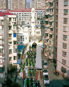 Bu Şanghay camii yüksek binalardan oluşan sitelerin arasında kalmış ve dışarıdan farkedilmesi neredeyse imkansız. Camii, cuma namazına gelen binlerce kişiyi ağırlamak için epeyce küçük.