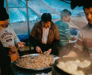 Cuma namazı sonrası caminin arkasında kurulan pazar yerinde kuzu etli mantılar (dumpling) hazırlanıyor.