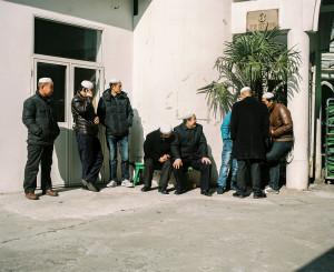 Camide cuma namazının başlamasını bekleyen erkekler