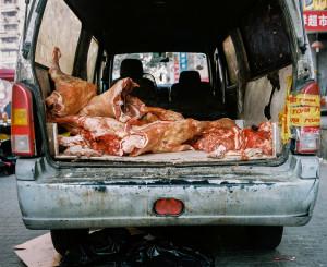 Cami yakınındaki Cuma pazarında parketmiş, içi kuzu eti ile dolu minibüs.