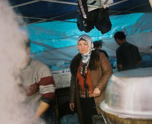 Cuma Pazarı'nda yemek hazırlayan Müslüman bir kadın.